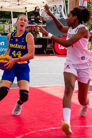 11 Myriam Djekoundade (FRA) - 44 Gabriela Marginean (ROU)